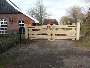 houten-poort-zwart-beslag
